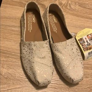 New size 7 W toms shoes